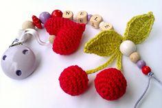 Schnullerkette mit Herz und Kirschen gehäkelt rot