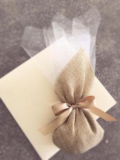 Μπομπονιέρα γάμου με μαντήλι καμβά...