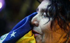 Torcedor se emociona frente à derrota do Brasil na Copa