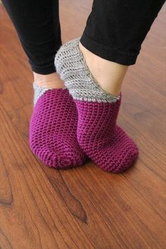 Crocheted and Knitted Slippers and Booties Saratoga Slippers Pattern Diy Crochet Patterns, Crochet Slipper Pattern, Crochet Crafts, Crochet Projects, Crochet Designs, Crochet Boots, Cute Crochet, Crochet Clothes, Easy Crochet