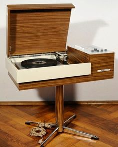 Keep your guests entertained with some music! Radio Record Player, Record Players, Lp Player, Mid Century Decor, Mid Century Furniture, Radios, Charles Ray Eames, Stereo Cabinet, Radio Antigua