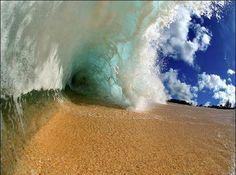 Ex surfista americano se dedica a fotografar ondas de dentro delas. Confira algumas de suas fotos; veja mais detalhes acessando o link
