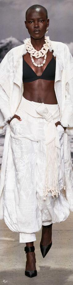 Zimmermann Spring 2020 RTW #spring2020 #rtw #zimmermann #fashionshow #vogue #womenswear #mode2020 White Girl Outfits, All White Outfit, Fashion Show, Fashion Trends, Fashion Inspiration, Lace Skirt, Autumn Fashion, Women Wear, Feminine