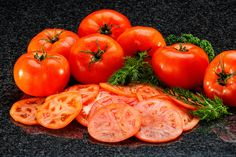 Tomates en rodajas finas.