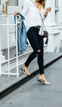 Look calça preta destroyed, camisa branca e flat mule de oncinha.Look Simple Fall Outfits, Winter Outfits, Casual Outfits, Joelle Fletcher, Look Fashion, Fashion Outfits, Net Fashion, Jeans Fashion, Fashion Images