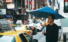 Esse guarda-chuva inovador que está em financiamento coletivo pelo Kickstarter. Graças ao design inspirado em origami, a sombrinha Sa™ não usa esqueleto de metal. Seu material também é impermeável e flexível permitindo dobrá-la sempre que for preciso.