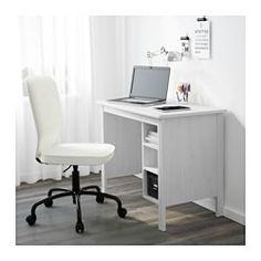 IKEA - BRUSALI, Työpöytä, valkoinen, , Pöytälevyn alla hylly, jonka ansiosta jatkojohdot ja johdot saa piiloon ja pois pöydältä tilaa viemästä.Siirrettävien hyllylevyjen ansiosta kalusteeseen saa tarvittaessa tilaa myös tietokoneelle.