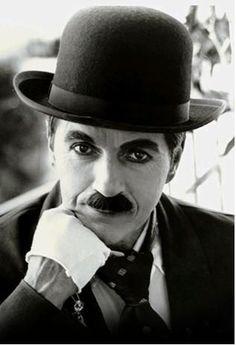Chaplin o sujeito que fez o homem de ferro né,ficou mais ou menos!!!idiota!,encarseram artistas que dão e fazem espetaculo por porte de cocô!