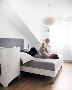 Auf dem Blog ist ein Post darüber wieso unser Beistellbett nach nur vier Monaten schon gegen das große Babybett ausgetauscht wurde  Wahrscheinlich können es sich die Mamas unter euch schon denken: das Baby wird mobil und rollt sich durch die Gegend. Link in der Bioooo  _______________________________________________  #bedroom #interior #home #bed #Babybay #leanderbed #eosvita #mamalife #mamablogger #momblogger #blogger_de