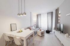Soggiorno arredato con un divano grigio e un piccolo tavolino rotondo di colore bianco