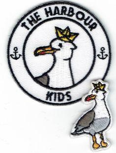 The Harbour Kids collection: zulk een leuke mini geborduurde badg. Tip: onze badges kan je ook eenvoudig aanbrengen met een degelijk strijkijzer Kids Collection, Textiles, Badges, Snoopy, Fictional Characters, Style, Embroidery, Swag, Badge