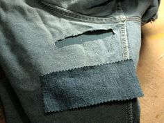 How to rope rely patched a hole or Frey in jeans. Sewing Hems, Sewing Clothes, Diy Clothes, Holey Jeans, Patched Jeans, How To Patch Jeans, Small Sewing Projects, Diy Patches, Dress Making Patterns