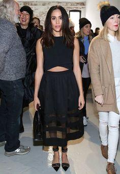 Bauchfrei ja, aber bitte dezent: Im schwarzen Cut-Out-Dress zeigt sich Meghan Markle bei der Fashion-Show von Misha Nonoo.