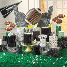 Score major party points with this sweet spread. Perfect for watching the big game, this DIY Football Candy Buffet Idea is an easy way to tie your spo. Football Candy Table, Football Desserts, Football Themes, Cheer Banquet, Football Banquet, Steelers Football, Pittsburgh Steelers, Super Bowl, Sport Videos