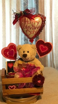 Trendy Birthday Presents For Him Diy Valentine Ideas Valentines Day Baskets, Valentines Day Decorations, Valentines Diy, Valentine Day Gifts, Cadeau St Valentin, Valentine's Day Gift Baskets, Basket Gift, Birthday Presents For Him, Boyfriend Crafts