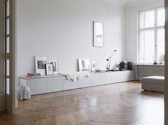 Warum nicht eine Reihe von den schmalen Ikea Besta Schränken mit einem Brett als Sitzbank in der Diele?