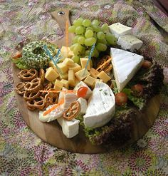 Cheese plate More Source by luisematt Party Platters, Party Buffet, Food Platters, Party Finger Foods, Snacks Für Party, Charcuterie And Cheese Board, Oktoberfest Party, Brunch Party, Food Design