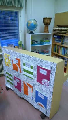 Good idea to use the back of a piano Classroom Design, School Classroom, Classroom Ideas, Reggio Emilia, Teaching Music, Storage Chest, Piano, Kindergarten, Education
