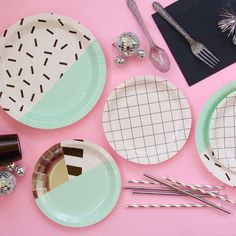 These bold, graphic plates pack a minty punch! Pair them with the Memphis Mint small plates, or mix and match with our Memphis Grid collection for extra fun (and who doesn't like extra fun?!) Large pl