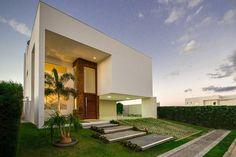 Uma belíssima casa moderna mantém a natureza sempre por pert…