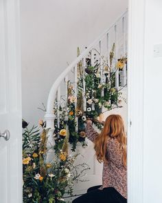 Wowed by the amazing @swallowsanddamsons working her floral magic. See more on @designsponge Spring Staircase 'how to' .......................................................... @indiahobson by pocketfulofdreams