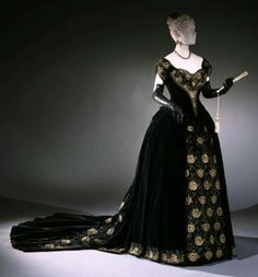 France Evening dress by Emile Pingat Silk velvet, metallic thread embroidery and machine-made lace Philadelphia Museum of Art (In Pretty Finery on FB) 1880s Fashion, Victorian Fashion, Vintage Fashion, Paris Fashion, Vintage Beauty, Style Fashion, Victorian Gown, Victorian Costume, Antique Clothing