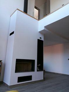hogar de leñacon puerta en guillotina, leñero y acabado en pladur pintado blanco