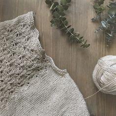 Que bien sientan los domingos verdad? Yo voy a aprovechar este ratito para dar unas vueltas antes de comer y ver a Nadal que ya estoy impaciente por terminar mi #kintontee y estirar el calado. Y tu domingo como está siendo? . #lana #lanas #yarn #wool #lino #lin #linen #kalinkalinen #knitlife #ofquietmoments #knit #knitting #igknitter #tejeresmisuperpoder #tejer #punto #tricot #strikken #neverstopknitting #enmisagujas #sundaymood #imakemyownclothes