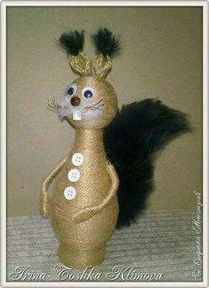 Figuras de animales con estilo rústico usando una botella Pine Cone Crafts, Burlap Crafts, Twine Flowers, Wine Bottle Art, Bazaar Ideas, Christmas Mason Jars, Wine Decor, Altered Bottles, Creative Artwork
