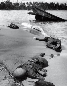 1943年2月 ニューギニアのビーチ・バナの砂に埋もれる米軍兵