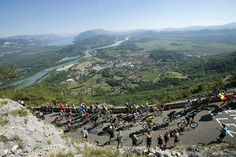 2016 17/7 rit 15 Lacets du Grand Colombier > The pack, including Froome, climb Colombier pass