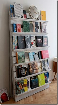 RECYCLED PALLET LIBRARY BOOKSHELVES, this is a great way to display books for kids so they can see what they are without pulling them out. Also for adults it's nice to see the cover, I am very visual and like that.