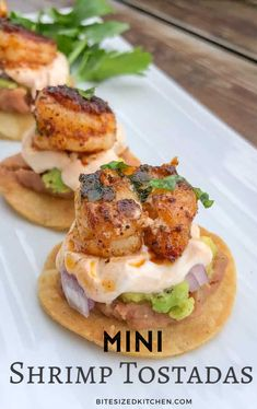 Mini Baked Shrimp Tostadas Bites (with chipotle sour cream) Bite Size Appetizers, Appetizers For A Crowd, Seafood Appetizers, Holiday Appetizers, Seafood Recipes, Appetizer Recipes, Mexican Food Recipes, Cooking Recipes, Healthy Recipes