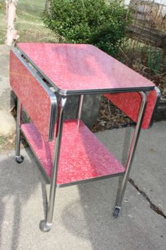 "Mid Century Modern Red Formica/Chrome Drop Leaf Serving Cart Table = Cart Envy My kitchen table is similar to this; same drop leaves, same Formica (called ""cracked ice""), only blue, same metal rim around the top. Vintage Design, Vintage Decor, Retro Vintage, Vintage Stuff, Vintage Ideas, Mid Century Decor, Mid Century Furniture, Mesa Retro, Living Vintage"