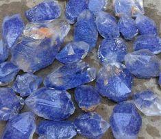QUARTZO AZUL ANIL - Cristal de rocha ou quartzo. Óxido de silício. SiO2. A coloração é tão variável como as suas formas cristalinas. Por vezes incolor (cristal de rocha e cristal hialino), podendo apresentar-se matizado de cores que vão do branco, castanho ao negro, passa pelo violeta, rosa, verde maçã, amarelo, azul, etc. As suas colorações são devidas a impurezas e vestígios de diversos elementos minerais.