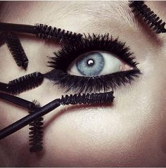 Rimeli sürerken, üst kirpiklerinize önce içten dışa doğru, daha sonra aşağıdan yukarıya doğru sürerek, kirpiklerinizin daha gür ve dik görünmesini sağlayabilirsiniz. Alt kirpikleri ise rimeli diplerden aşağıya doğru sürün. Kirpiklerinizde rimelin birikmemesine dikkat edin. #HandeHaluk #ulus #zorlu #zorluavm #zorlucenter #makeup #makeuplook #makeuplover