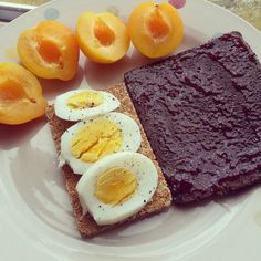 #brunch on easter monday! Cant get enough of these plums! And the storm is over in London! #brunch #healthyeating #healthybrunch #pumpernickel #germanbread #ryvita #knaeckebrot #breakfastofchampions #fitbreakfast #fitfamuk #paleouk #paleodiet #paleobrunch #carbsforbreakfast #carbcycling #balancednotclean #balanceddiet #getfitordietrying #proteinbreakfast #proteins #fitlondoners by fitchixsrule