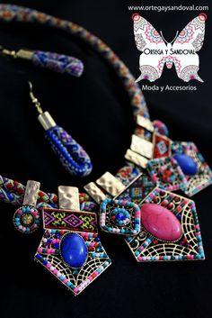 Un excelente collar con aretes combinable con varios colores y distintos estilos. Conócenos en www.ortegaysandoval.com