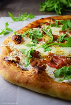Delicious and savory prosciutto, fig, and arugula pizza topped with fresh sliced mozzarella cheese, fig jam, and fresh arugula. Oven Recipes, Pizza Recipes, Tempura Recipe, Arugula Pizza, Pasta, Wood Fired Pizza, Prosciutto, Yummy Appetizers, Vegetable Pizza