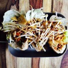 Lunchen in Breda, pita saté met taugé en cassave chips