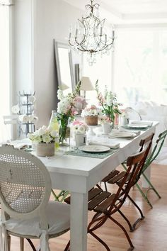 Verschillende stoelen, maar doordat ze allemaal een romantisch karakter hebben vormt het toch een mooi geheel.