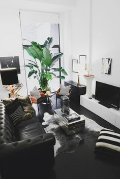 Homepolish Highlights: Tropicaltimez in Noa Santos' Living Room Living Room Sofa, Home Living Room, Living Room Designs, Living Room Furniture, Living Room Decor, Bedroom Decor, Home Interior, Living Room Interior, Black Leather Sofas