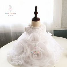 ĐẦM CÔNG CHÚA BÁNH KEM 6880W TUTUPETTI http://tutupetti.com/dam-cong-chua-banh-kem-6880w.html màu trắng, cố đính ngọc trai.Hình ảnh những chiếc bánh kem ngọt ngào, xinh xắn nay đã góp mặt trong bộ sưu tập đầm công chúa của hãng thời trang trẻ em Tutupetti. Với sản phẩm đầm công chúa bánh kem  mang lại cho con yêu một dáng vẻ ngọt ngào, tươi mát và mới lạ.