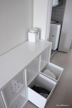 こちらはバスルームに置かれたイケアの棚。真っ白な空間は生活感がなくとてもスッキリシンプルです。下の引き出し二つはランドリーボックスとして活用中。脱いだ服を色物と白物に分けてこちらに入れておいて、そのまま洗濯かごとして使える便利なアイディアです!洗剤も白い瓶に詰め替えて。徹底的に生活感を無くしています。 Ikea, Furniture, Closet Organization, Interior, Storage, Cabinet, White Interior, Kid Closet, Home Decor