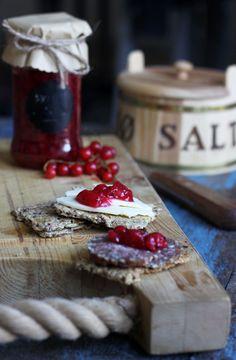 Pickled redcurrants (recipe in Danish) Vegan Snacks, Snack Recipes, Homemade Pickles, Danish Food, Yummy Food, Tasty, Snacks For Work, Dessert, Chutney