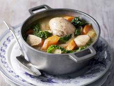 Geflügeleintopf mit Wirsing und Karotten ist ein Rezept mit frischen Zutaten aus der Kategorie Hähnchen. Probieren Sie dieses und weitere Rezepte von EAT SMARTER!