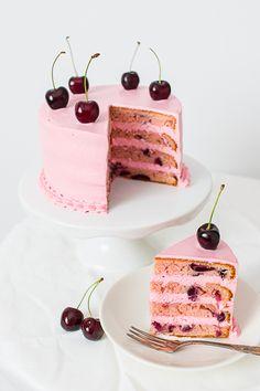 Tämä herkullisen mehevä kakku syntyy yllättävän helposti sekoitettavasta taikinasta.