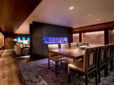 Los elegantes muebles en su interior son de Armani Casa.
