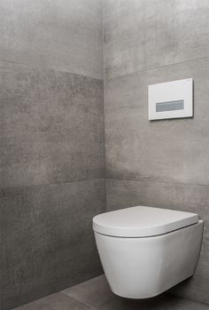 Wat me vooral aanspreekt aan deze badkamer is de indeling. Alhoewel er veel in staat blijft het ruime gevoel overheersen. Dankzij het T-stuk (muren met T-opstelling) konden we de wc discreet wegwerken en de inloopdouche lekker ruim maken. Omdat deze inloopdouche uitgewerkt is met betegelde muren (geen glas) is deze … Toilet Sink, Guest Toilet, Minimal Decor, Minimalist Home, Powder Room, Home And Garden, Bathrooms, Home Decor, Houses