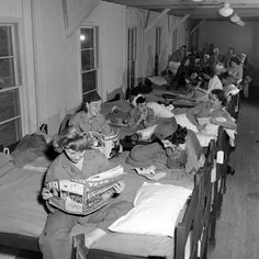 Female Marines relaxing during the evenings on double decker bunks in the barracks during WWII ~ Female Marines, Women Marines, Women In History, World History, Marine Barracks, Once A Marine, Ww2 Photos, Us Marine Corps, Usmc